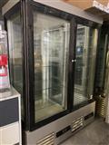 Vertikalna vitrina za kollaci