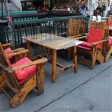 Racno izraboteni drveni masi i stolici