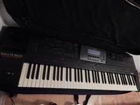 Sintisajzer Roland  G800 za pochetnici