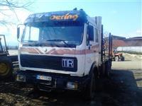 Kamion so kran za trupci