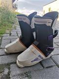 Се продаваат чизми за скијање.