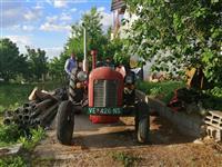 Traktor Ferguson pali vozi Cena po Dog